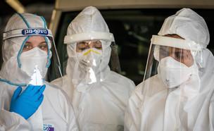 צוות רפואה לבוש בבגדי מיגון לקורונה (צילום: נתי שוחט, פלאש 90)