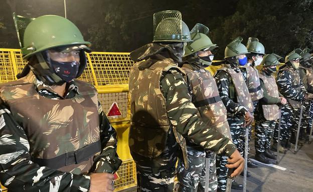 שוטרים שומרים ליד שגרירות ישראל בניו דלהי לאחר פיצוץ הפיצוץ במקום (צילום: AP)