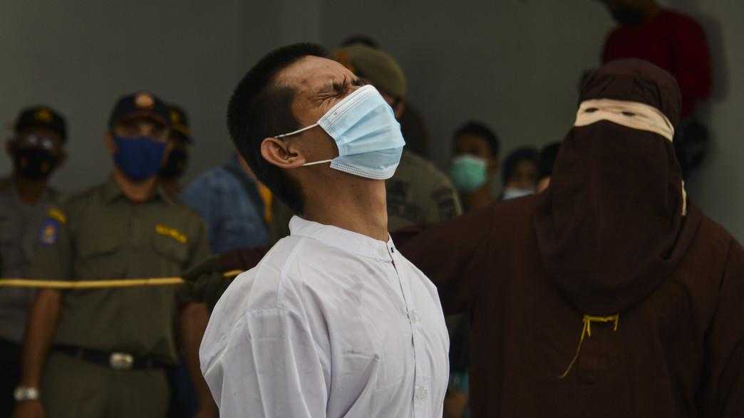 גבר שהאושם יחסי מין הומוסקסואלים נענש על ידי מלקות (צילום: CHAIDEER MAHYUDDIN/AFP, GettyImages)