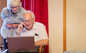 זוג קשישים מול מחשב  (צילום: richard johnson, shutterstock)