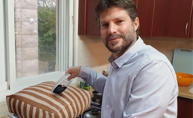 בצלאל סמוטריץ מבשל כרית עם שלט של מזגן (צילום: רחלי רוטנר, טוויטר)