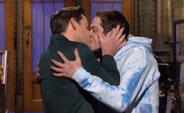 """ג'ון קרסינסקי ופיט דוידסון (צילום: מתוך תוכנית פתיחת העונה של """"SNL"""")"""
