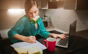 אישה עסוקה, מולטי טאסקינג (צילום:  Estrada Anton, shutterstock)
