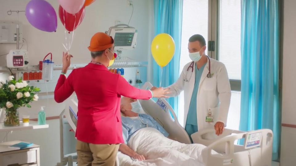 אומרים תודה לצוותים הרפואיים (צילום: קשת 12)