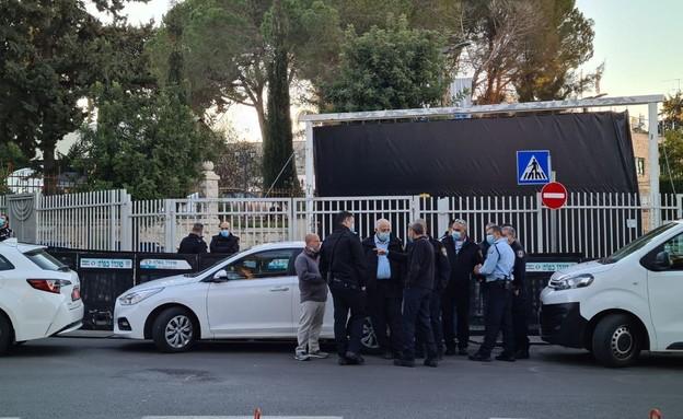 כוחות משטרה מחוץ למעון ראש הממשלה לקראת הדיון במשפ (צילום: N12)