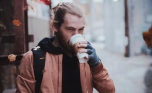שותה קפה (צילום: Jake Young, unsplash)