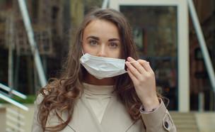 צעירה עם מסיכה (צילום: By AlpakaVideo, shutterstock)
