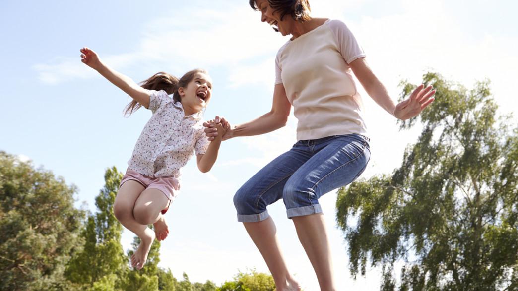 אמא ובת קופצות בטרמפולינה (צילום: Shutterstock)