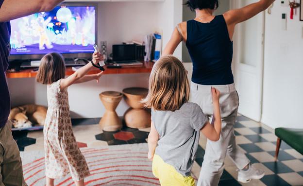 משפחה רוקדת בסלון (צילום: shutterstock)