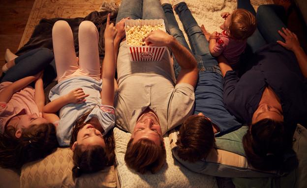 משפחה רואה סרט ערב סרט (צילום: shutterstock)
