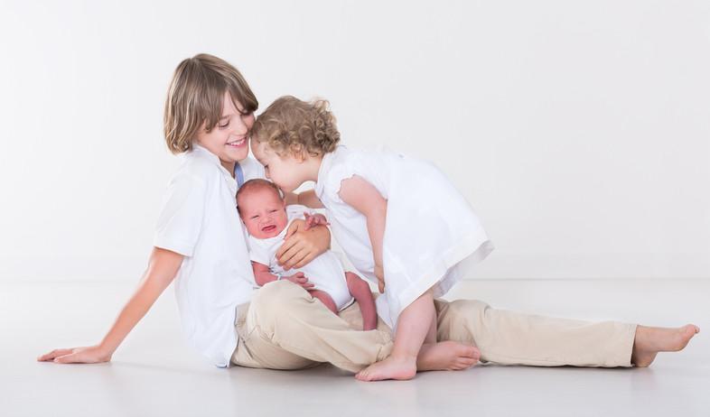 אח אחות ותינוק - משפחה מתרחבת (צילום: shutterstock)