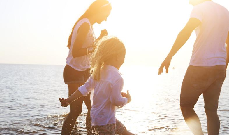 משפחה בחוף הים (צילום: shutterstock)