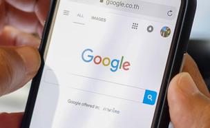 חיפוש גוגל בסמארטפון (צילום: BongkarnGraphic / Shutterstock.com)