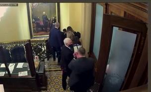 מייק פנס מוברח מהקפיטול בזמן הפריצה (צילום: רויטרס)