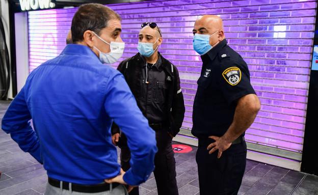 שוטרים בקניון (צילום: אבשלום שושני, פלאש 90)