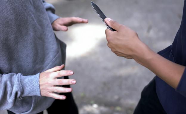 נער מאיים על נער אחר בסכין (אילוסטרציה: Motortion Films, shutterstock)