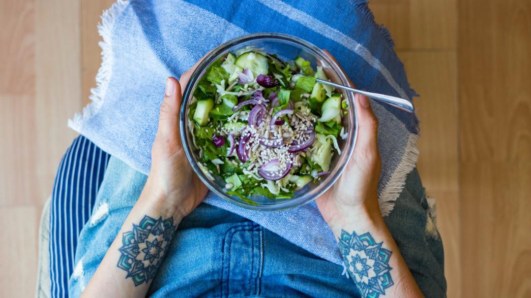 אישה אוכלת בריא (צילום: Viktor Kochetkov, shutterstock)