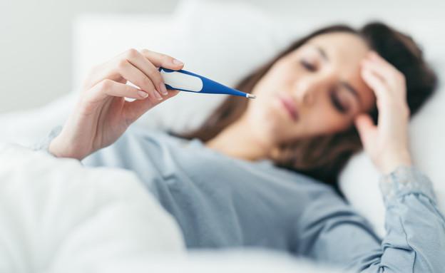 אישה חולה, מודדת חום (צילום: Stock-Asso, shutterstock)