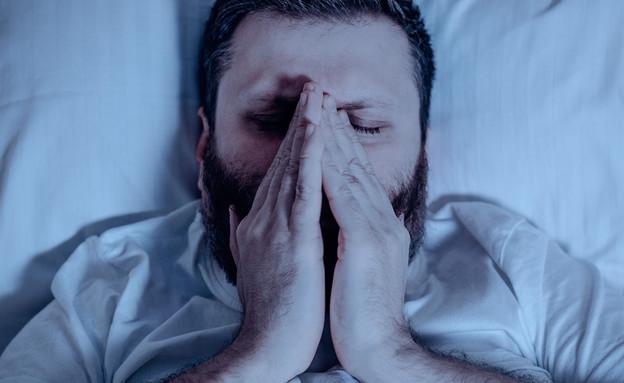 גבר מתעטש בלילה  (צילום: SHUTTERSTOCK)