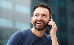 גבר מדבר בטלפון (צילום: mimagephotography, Shutterstock)