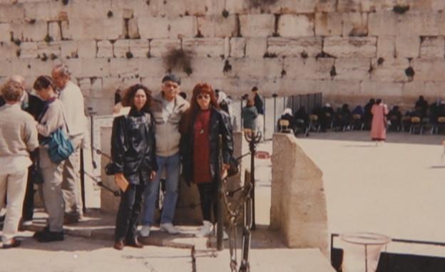 """אברהם בורשטין ז""""ל בכותל עם משפחתו"""