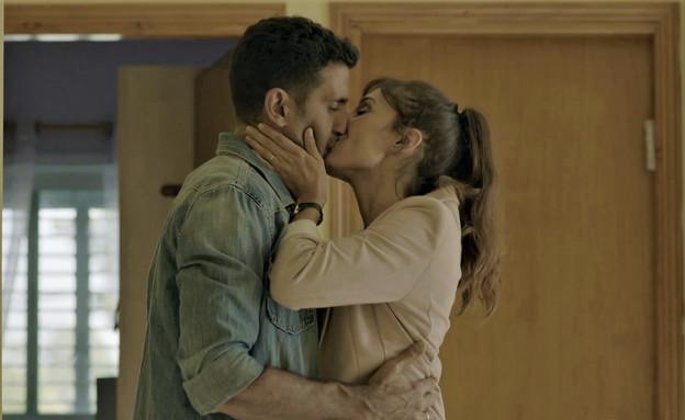 הנשיקה של מיקי ואלון שנהב (צילום: השוטרים, קשת 12)