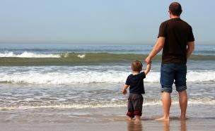 אבא וילד בחוף  (צילום: Dubova, shutterstock)