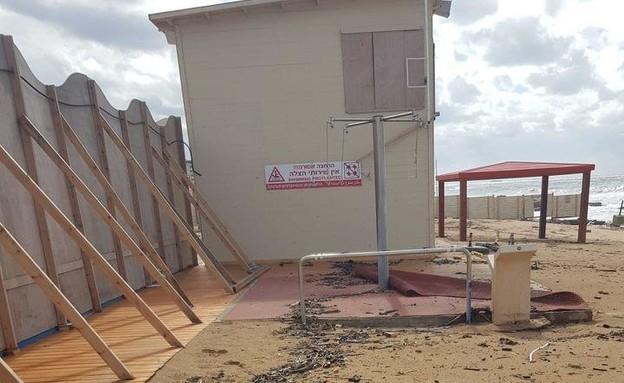 חוף סגור בעקבות זיהום הזפת בים התיכון (צילום: מרכז מידע ומחקר סביבתי חיפה)