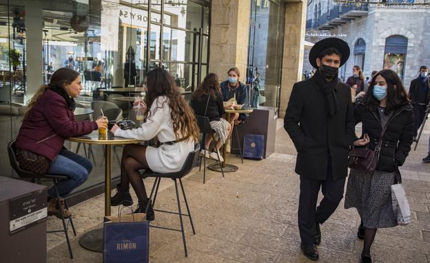 ירושלמים עם מסיכות פנים בקניון ממילא, דצמבר 2020 (צילום: אוליביה פיטוסי , פלאש 90)