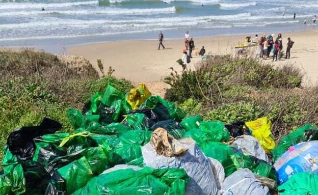 שקים שנאספו בחוף סמוך לחדרה (צילום: חדשות  12, חדשות 12)