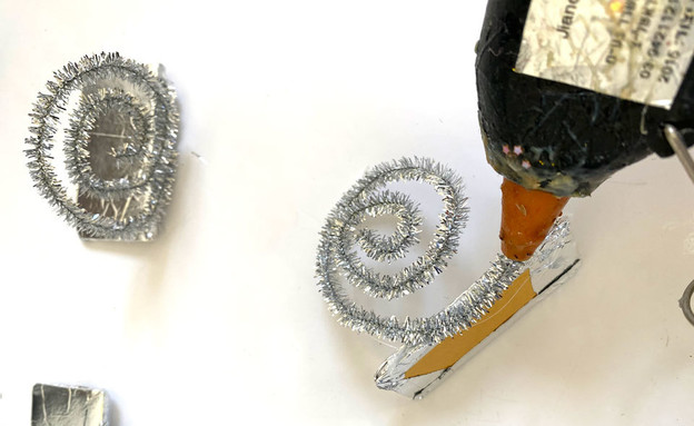 משלוח מנות 2021, מכונת ממתקים 11, מדביקים את הספירלה (צילום: נועה קליין)