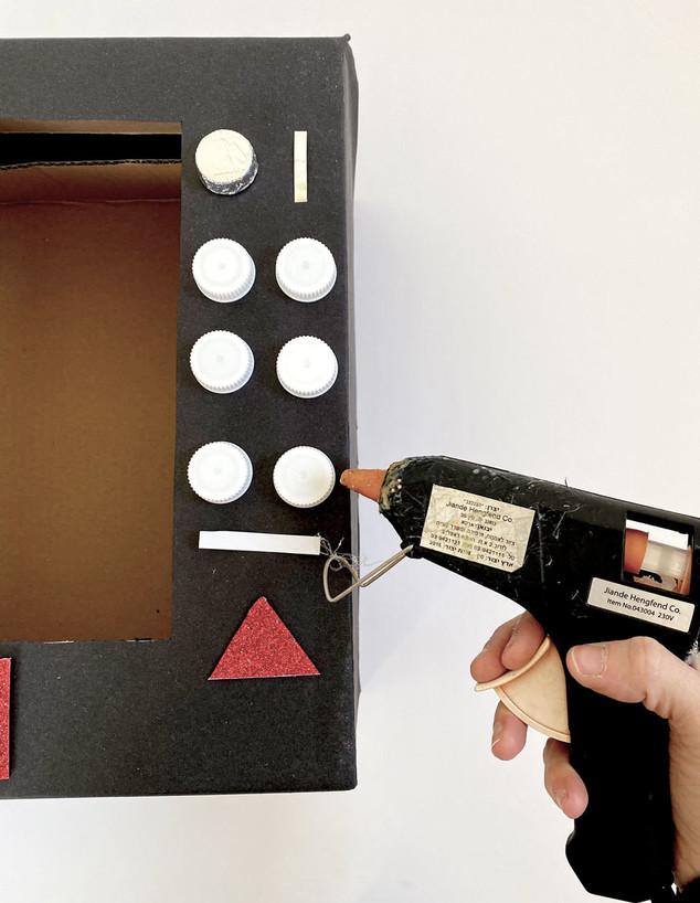משלוח מנות 2021, מכונת ממתקים 5, ג, מקשטים את הקופסה (צילום: נועה קליין)