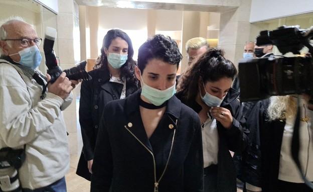 שירה איסקוב בבית המשפט מעידה לראשונה (צילום: החדשות 12)