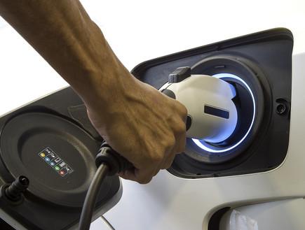 תדלוק מכונית חשמלית (צילום: Smile Fight, Shutterstock)