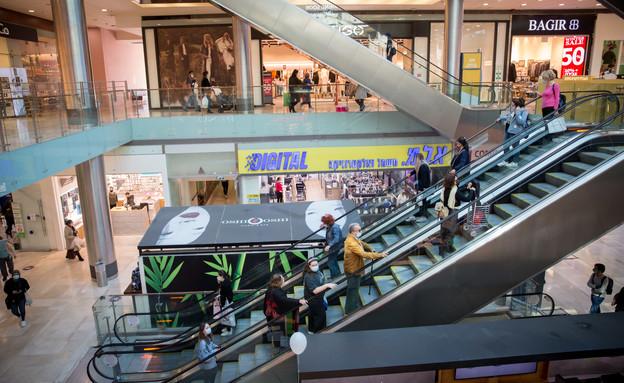 קונים בקניון גבעתיים אחרי פתיחת החנויות (צילום: מרים אלסטר, פלאש 90)
