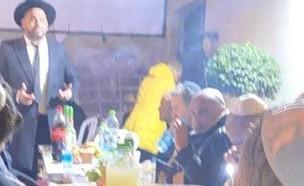 אייל גולן יושב שבעה על אביו. פברואר 2021 (צילום: הרבנית של האינסטגרם, פרטי)