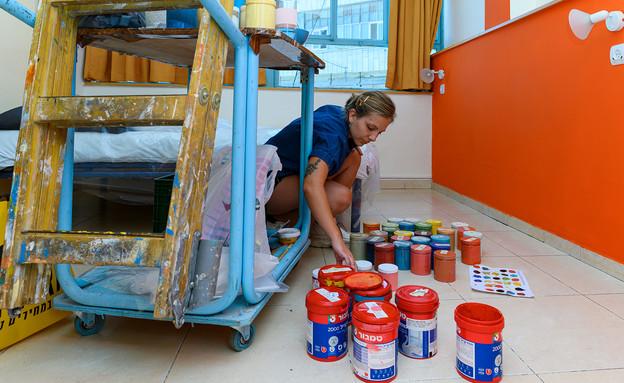 ציורי קיר ולנטינה, ולנטינה מציירת בהוסטל בירושלים - 1 (צילום: אביב טישלר)