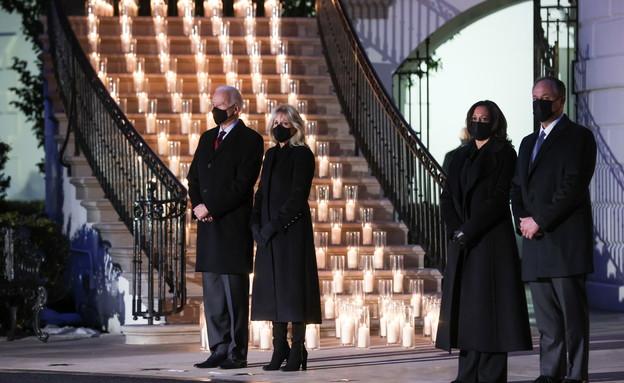דקת דומייה בבית הלבן לזכר חצי מיליון קורבנות קורונ (צילום: reuters)