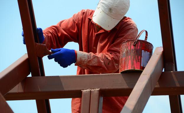צבעי צובע על גג (צילום: shutterstock)