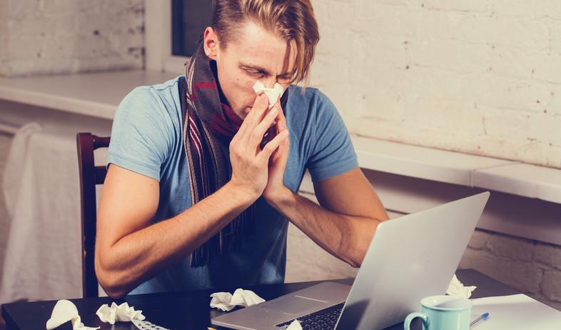 איש חולה במשרד (צילום: Shutterstock)