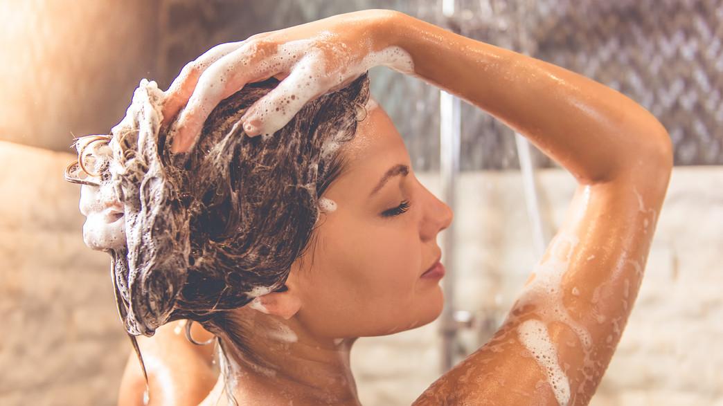 חופפת שיער (צילום: צילום מסך מתוך ווטסאפ, מעריב לנוער)