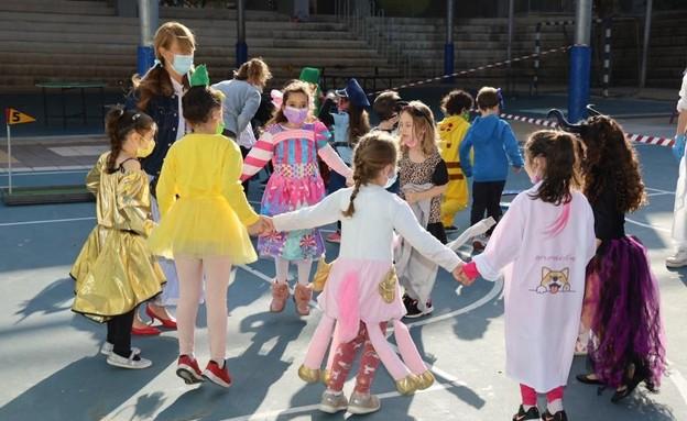 פורים, קפסולות, ילדים מחופשים, תחפושות, קורונה (צילום: עיריית גבעתיים)