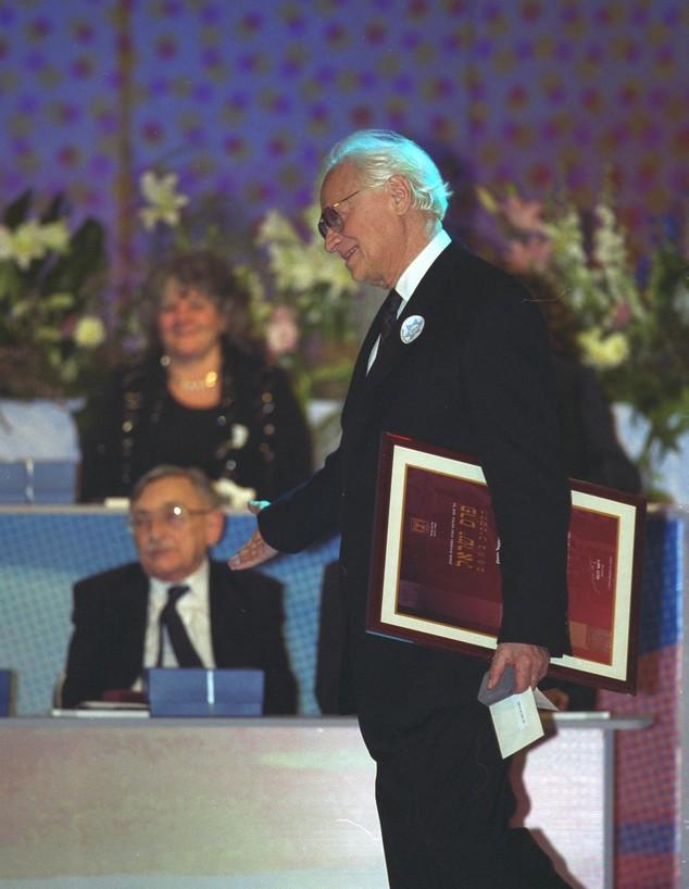 """אפרים קישון עם פרס ישראל ב-2002 (צילום: עמוס בן גרשום, לע""""מ)"""