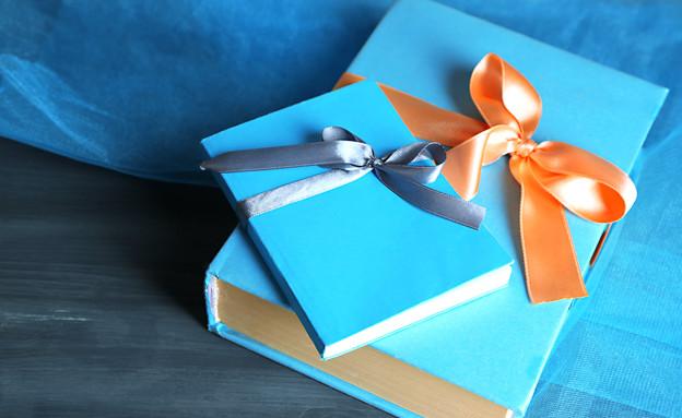 ספר במתנה, ספרים במתנה (צילום: Africa Studio, shutterstock)