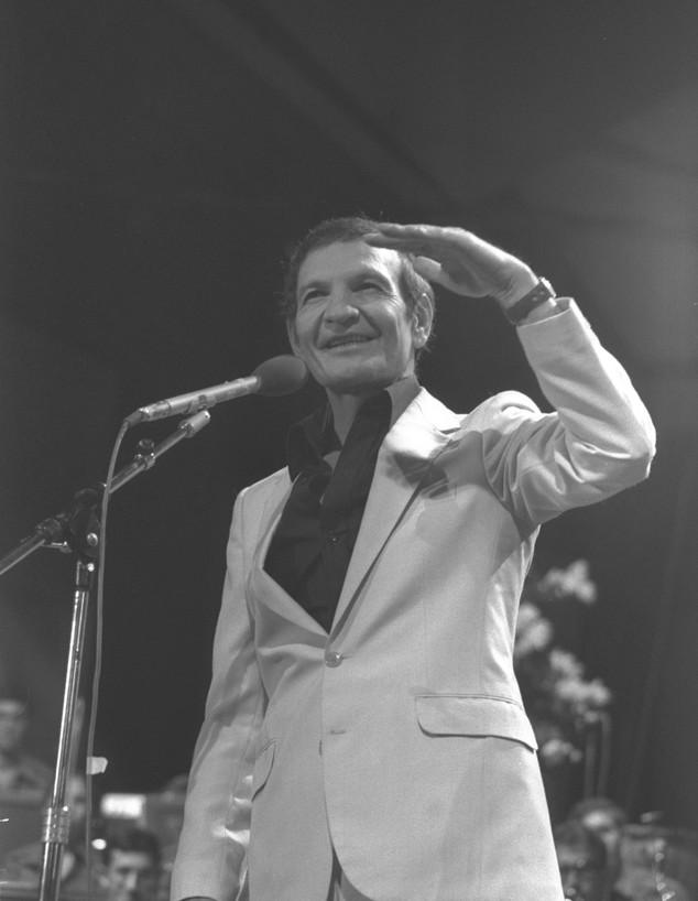 """שייקה אופיר בהופעה, 1979 (צילום: סער יעקב, לע""""מ)"""