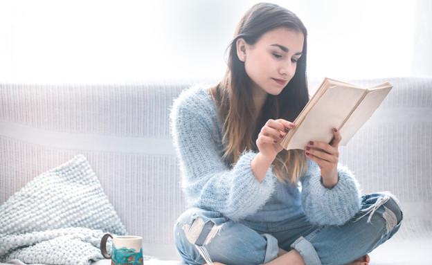 אישה קוראת ספר (צילום:  PV productions, shutterstock)