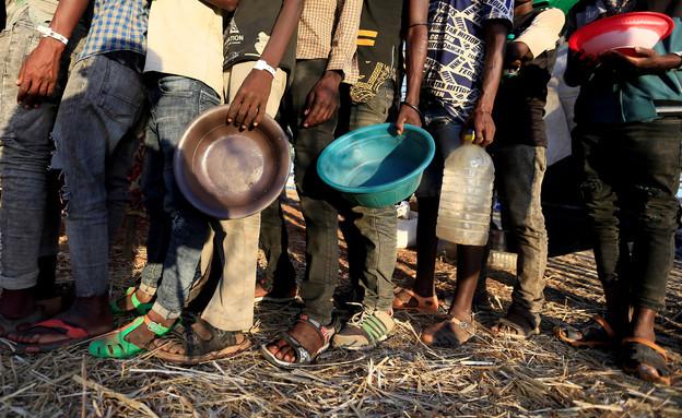 פליטים אתיופים שנמלטו מהקרבות בטיגריי עומדים בתור לקבלת מזון (צילום: רויטרס)