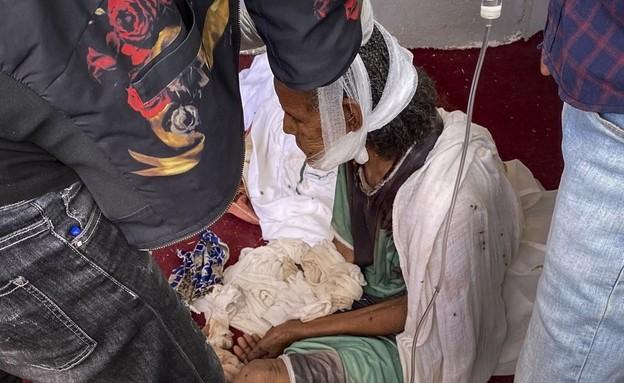 אישה שנפצעה בקרבות בטיגריי ומתה כמה ימים לאחר מכן (צילום: AP)
