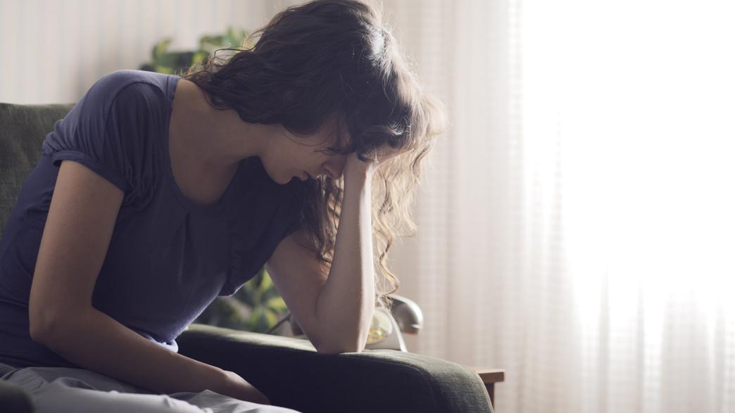 אישה עצובה (צילום: Stokkete, Shutterstock)