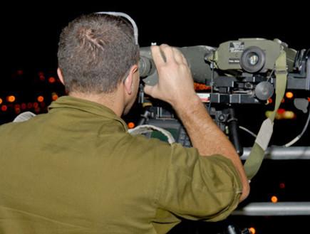 חייל שעוסק בתצפות (צילום: ארכיון)